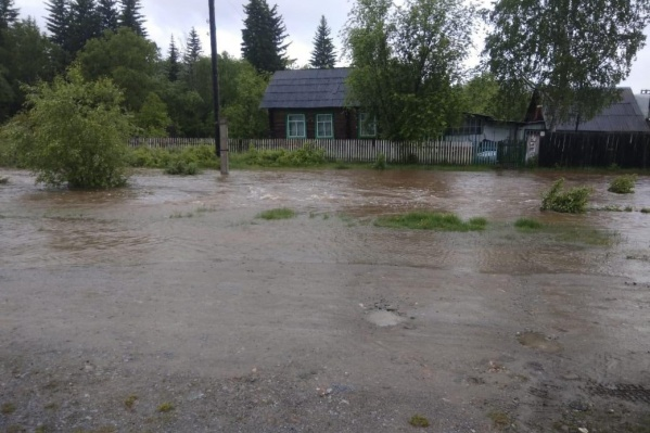 Вода потекла по улицам поселка, затопив часть домов