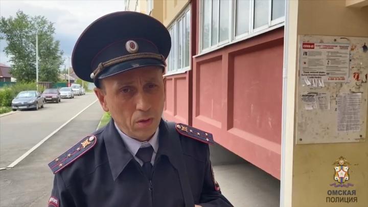Омского полицейского от удара ножом спасло служебное удостоверение
