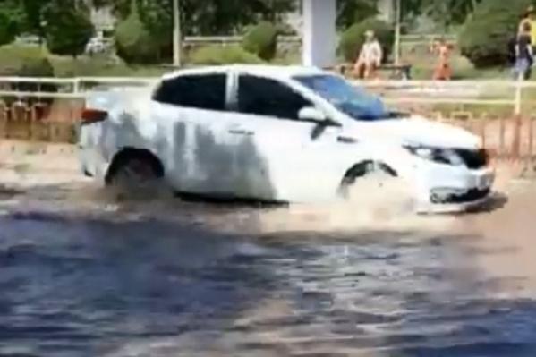 Машина пробирается через потоки воды