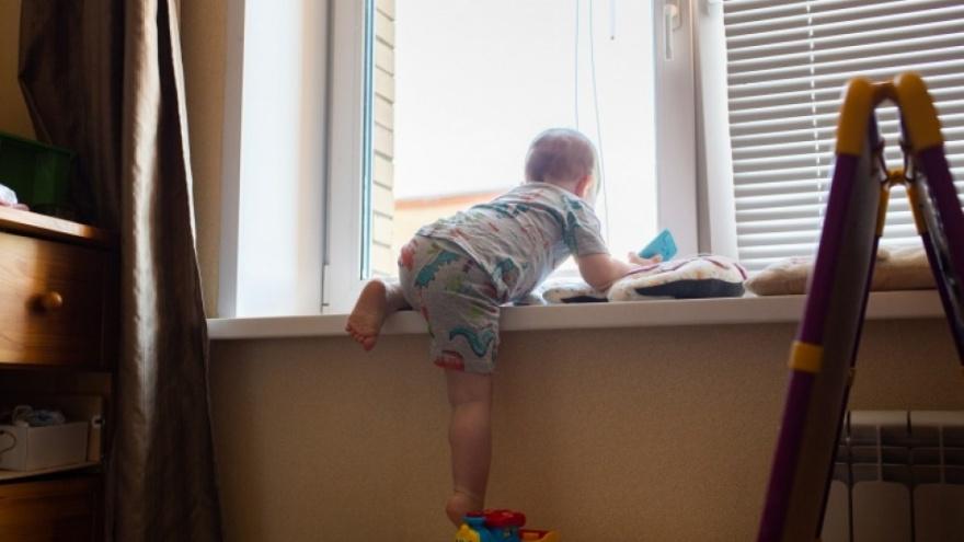 Переломан череп: рассказали о состоянии малыша, выпавшего с третьего этажа