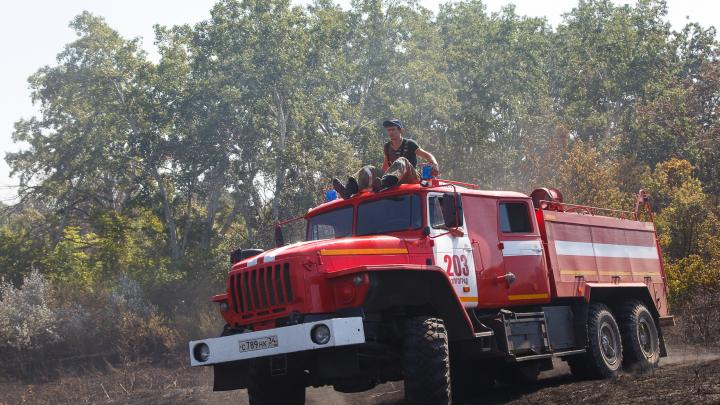 Природный пожар перекинулся на хутор в Волгоградской области: горят 10 домов и хозпостроек в Княжеском 2-м