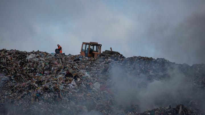 Смог над Хилокской: 7 мрачных фото с горящей свалки в Ленинском районе
