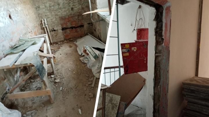 «Только всё разрушили. Унитазы сломаны»: жители тюменского общежития возмущены ремонтом в многоэтажке