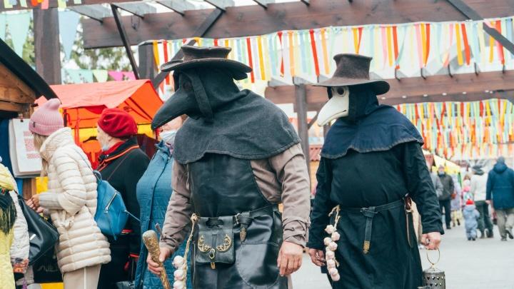 Маска поверх шали и чумные доктора: фоторепортаж с Покровской ярмарки в Омске