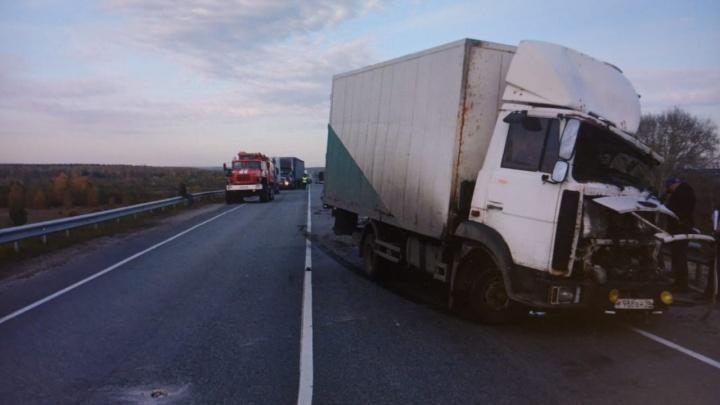 ДТП на Тюменском тракте, где столкнулись два грузовика и микроавтобус, произошло из-за поломки