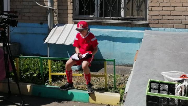 Пятиклассник из Челябинска собирает макулатуру, чтобы купить мячи для детских домов
