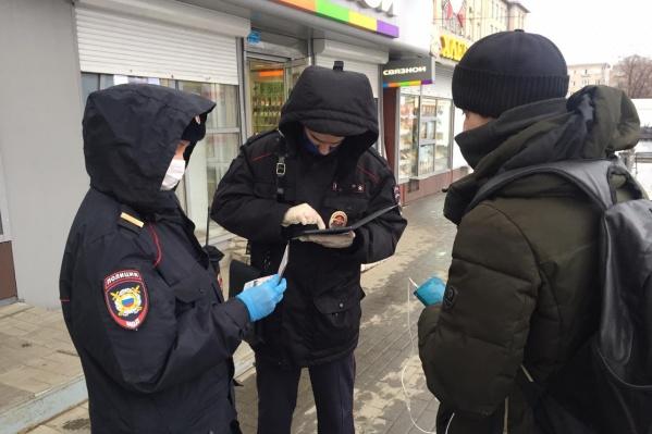 Полицейские прямо на месте смогут проверить, разрешено вам выходить из дома или нет