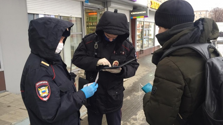В Челябинске заработали мобильные пункты полиции. Тех, кто обязан сидеть дома, проверят по базам данных