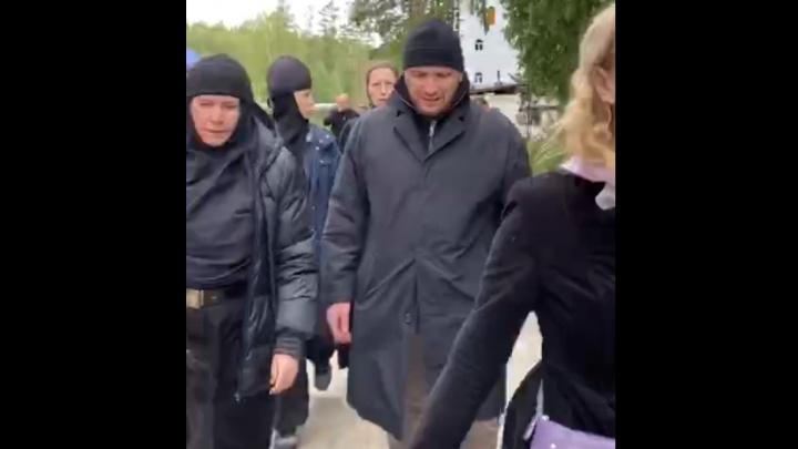 В Среднеуральском монастыре напали на съемочную группу Ксении Собчак: прямой эфир с места происшествия