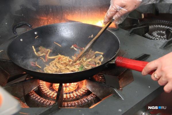 В новой закусочной будут кормить лапшой, жаренной в воке