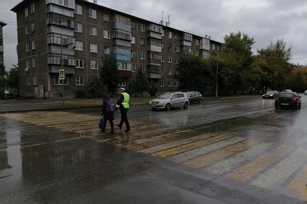 Сотрудники ГИБДД могут помочь детям перейти дорогу в случае необходимости