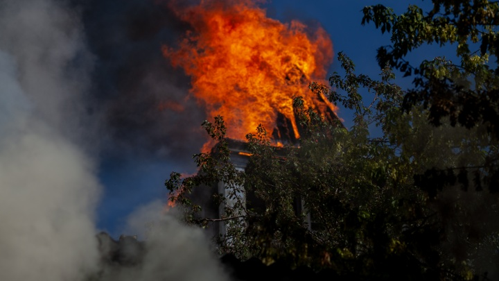 Белая башня в огне: 18 кадров каланчи и деревянного дома во время пожара на Осипенко
