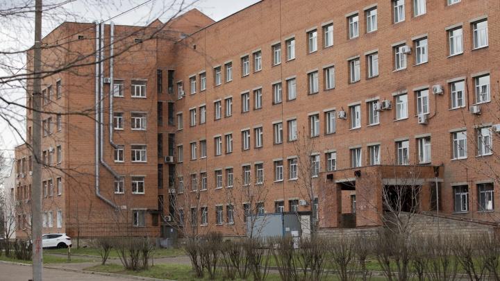 «У нас все тяжелые»: в госпитале ветеранов в Ярославле заканчиваются места под пациентов с COVID
