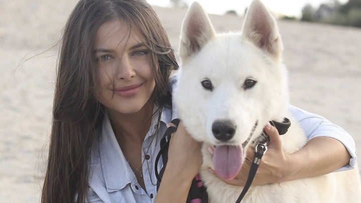 Солистка группы «ВИА Гра» устроила фотосессию с собаками из ярославского приюта