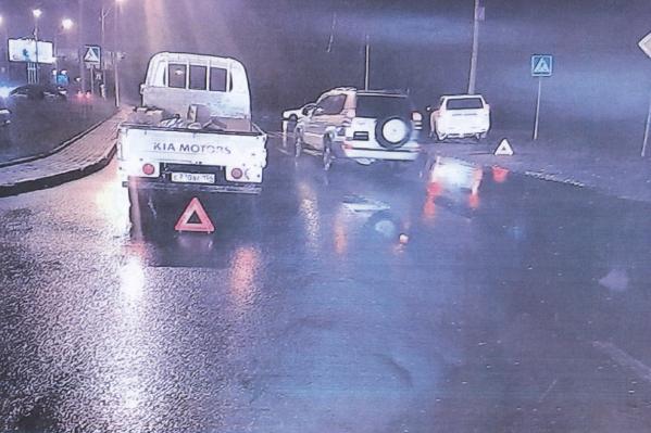 Положение автомобилей после ДТП: слева — KIA, крайний справа — «Прадо»<br><br>