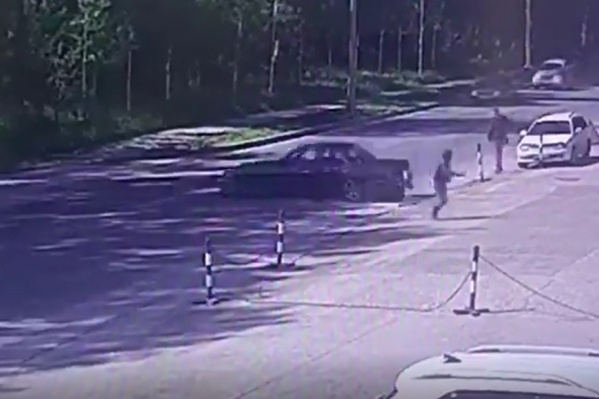 Женщина вовремя успела отбежать от автомобиля