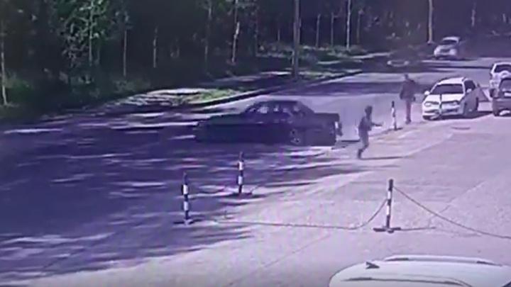 Спасение женщины от дрифтующего автомобиля в Академгородке попало на видео