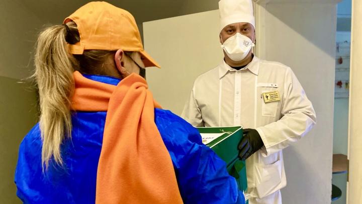 «Медицинские термоконтейнеры нам нужны»: волонтеры передали новую партию медснаряжения Котельниковской ЦРБ