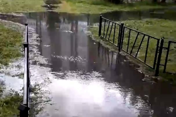На ЖБИ около жилого дома всю улицу затопило водой: эпичное видео