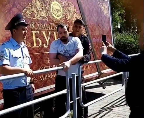 «Похожи на бандитов»: демонтаж бургерной в Челябинске обернулся делом о нападении на полицейского
