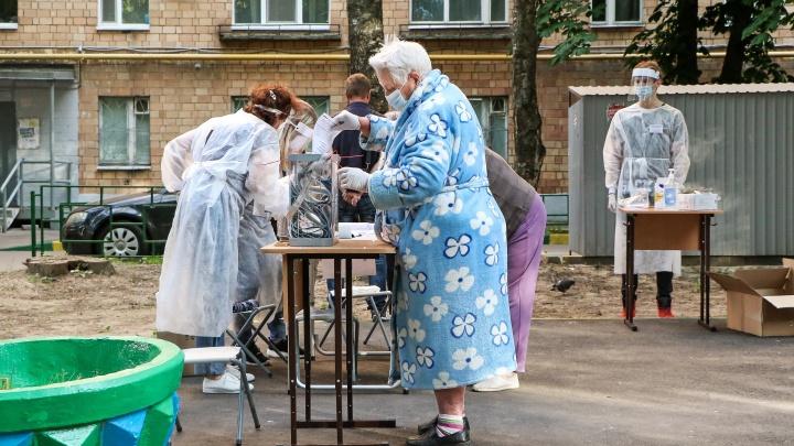 «Вы галочку поставить забыли»: показываем, как нижегородцы голосуют за поправки на детской площадке