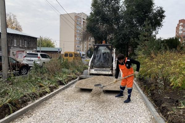 Рабочие благоустроят пешеходные тротуары
