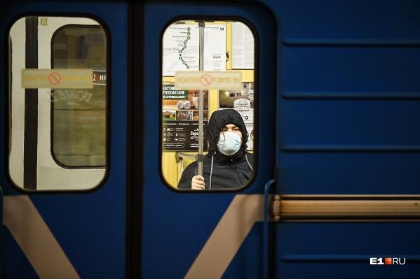 Весной во время карантина в метро было пусто, а люди носили маски. Сейчас картина изменилась, пассажиры игнорируют противовирусные меры