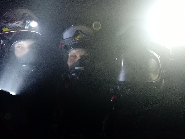 Спасатели внутри штолен: по этому фото видно, насколько сильно были задымлены подземные галереи