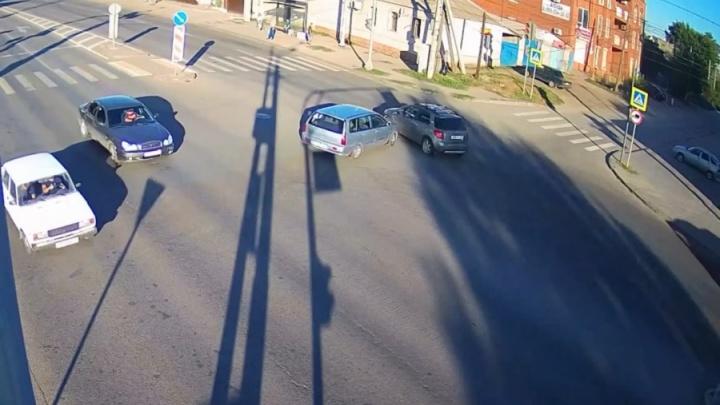 Попытался проскочить: на оживленном перекрестке в центре Волгограда столкнулись две иномарки — видео