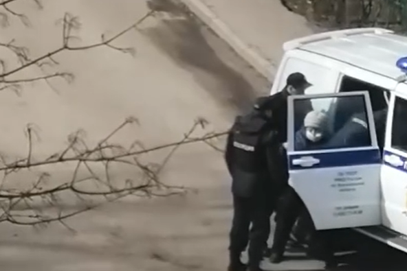 Бабуля вырывалась из рук полицейских: куда и почему её увезли