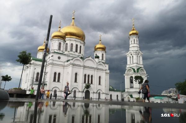 Ростовский собор смотрится еще величественнее на фоне свинцовых туч