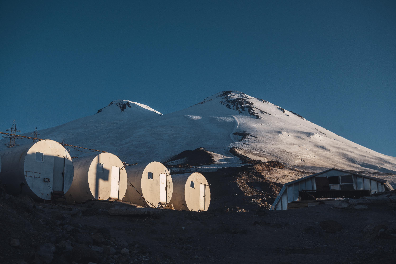 А так выглядят горы, тронутые рассветными лучами