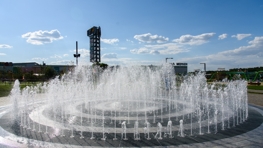 Новый фонтан, зеленый лабиринт и домик хоббита: каким стал МЕГА парк в Аксае
