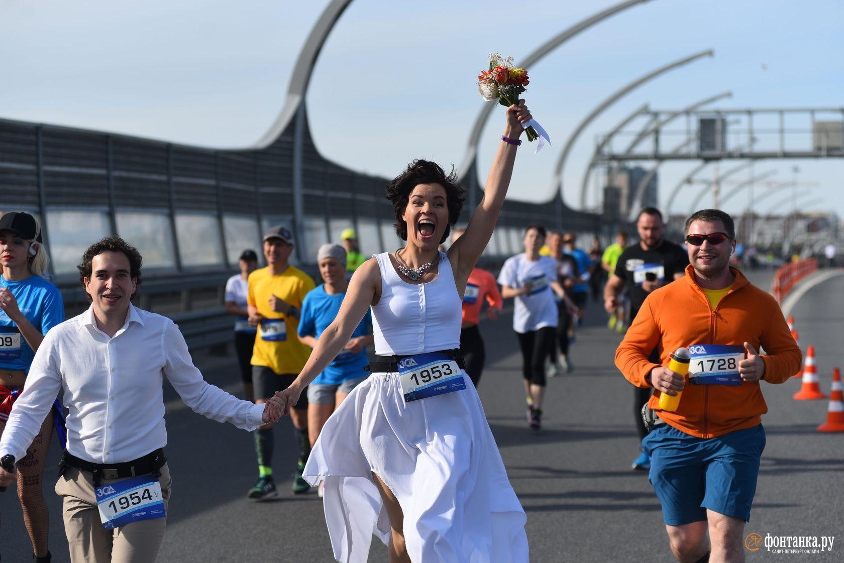 На фото: бегущая певица Маша Кудрявцева.