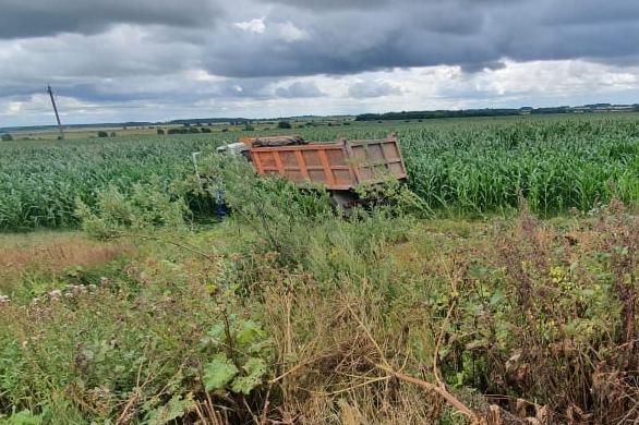 Машина стала неуправляемой: под Ярославлем водитель КАМАЗа умер за рулём