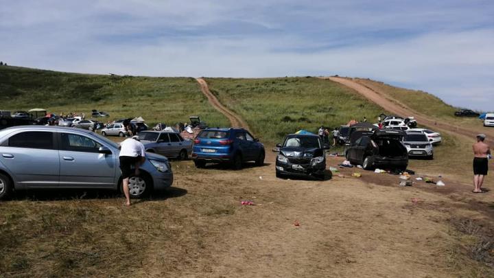 Появилось видео с ДТП, в котором автомобиль скатился с холма на толпу отдыхающих в Башкирии