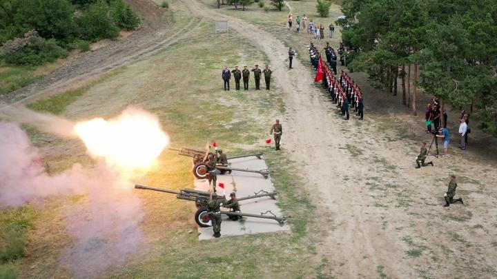 Все военные молчали в строю: на Мамаевом кургане Волгограда прогремел «Выстрел памяти»