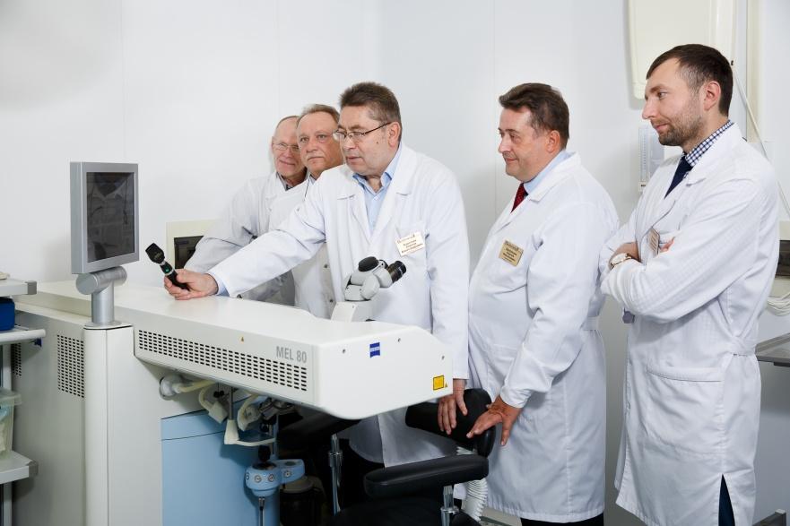 Стоимость полного обследования офтальмолога — 3200 рублей, сдача анализов и консультация терапевта — 2200 рублей