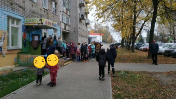 Стояли плотно: в Ярославле у детской поликлиники выстроилась огромная очередь
