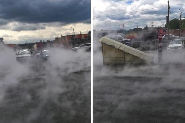 Из-за прорыва сетей улицу затопило горячей водой и заволокло паром