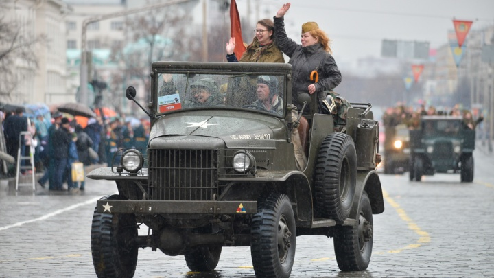 По центру Екатеринбурга проехала колонна из 11 грузовиков с артистами. История войны в прямом эфире