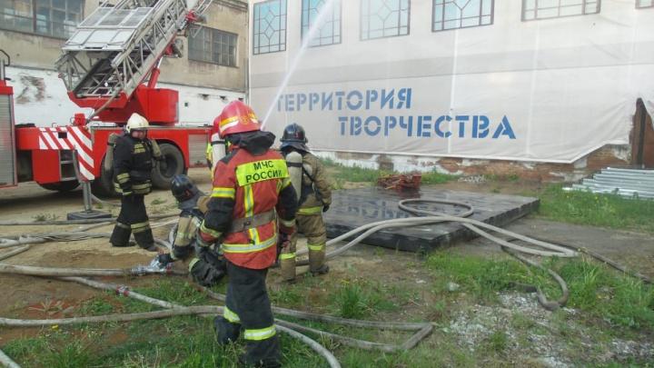 Большой пожар на Уралмаше потушен: пожарные разбирают сгоревшие остатки памятника конструктивизма