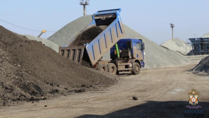 Дорожник украл 117 тонн гранулята, чтобы заасфальтировать подъезд к своему дому