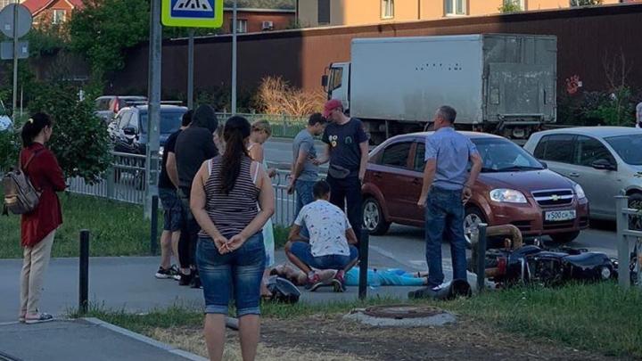 В Академическом женщину-пешехода сбил попавший в аварию мотоцикл. Видео