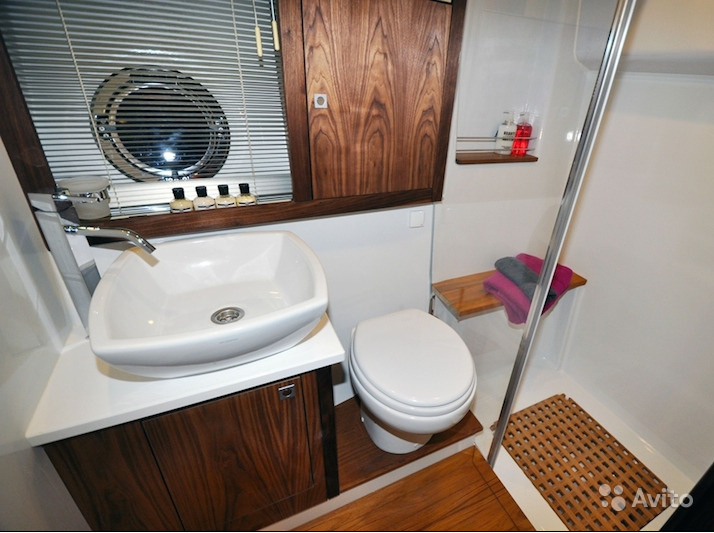 Санузлы оборудованы душем с подачей горячей воды (у кого-то такой и в квартирах сейчас нет)