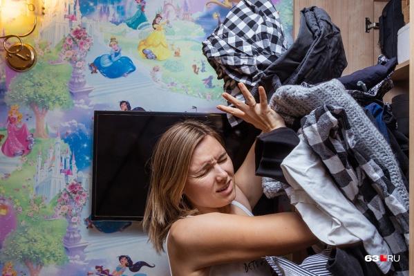 Чтобы шкаф не забивался ненужными вещами, перебирать одежду нужно раз в сезон