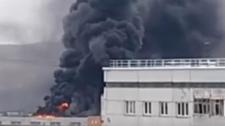 Левобережье застилает столб черного дыма от пожара на Тотмина