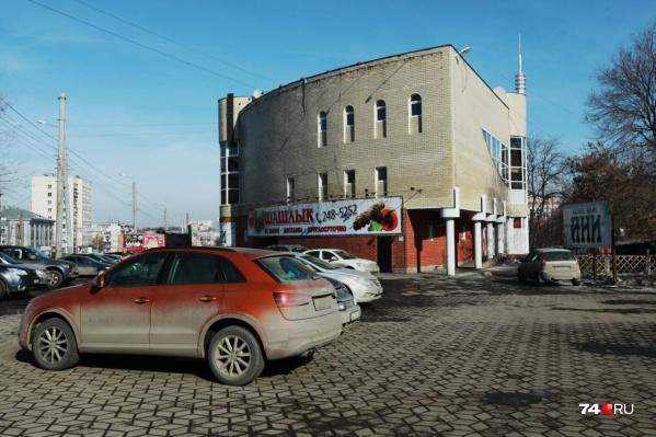 За необычную форму здание на пересечении Свердловского проспекта и улицы Коммуны называют утюгом