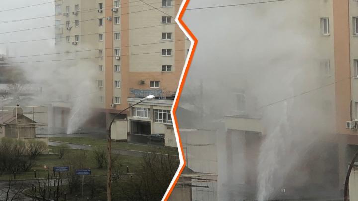 Брызги до четвертого этажа: на ВИЗе забил коммунальный фонтан
