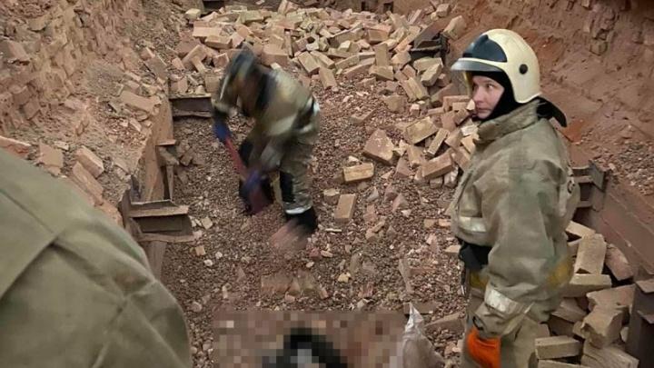 В Самарской области мужчину насмерть завалило кирпичом: видео